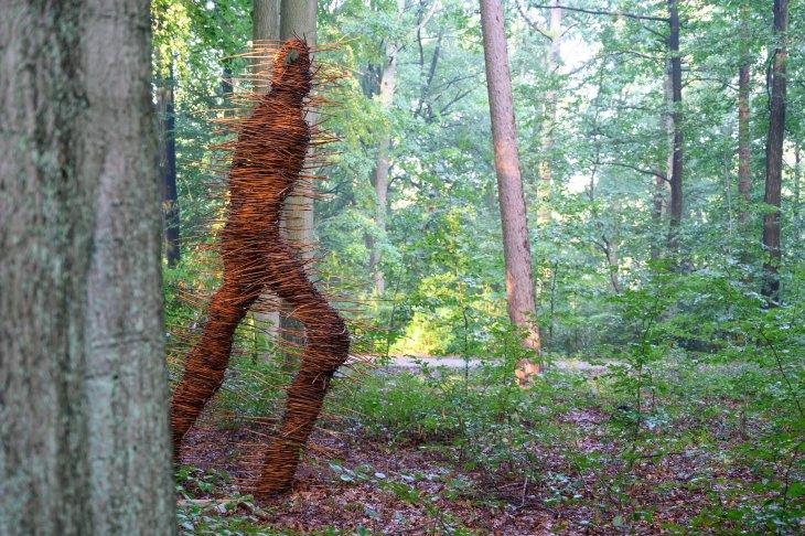 Kunstwerk Woudloper in park De Mik.