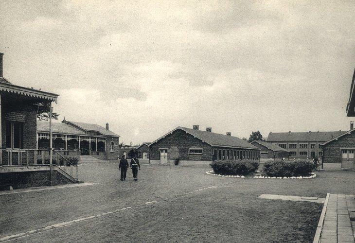 De veld artillerie school in het kamp.