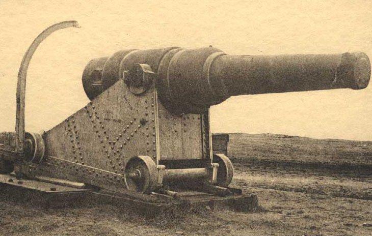 Een Obusier 25c in het kamp.