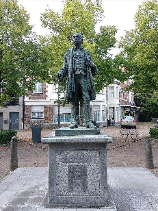Standbeeld van Alphonse della Faille de Leverghem op het Zegeplein.