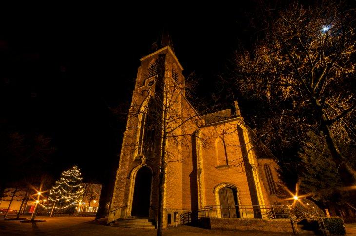 Kerstboomverlichting op het kerkplein.