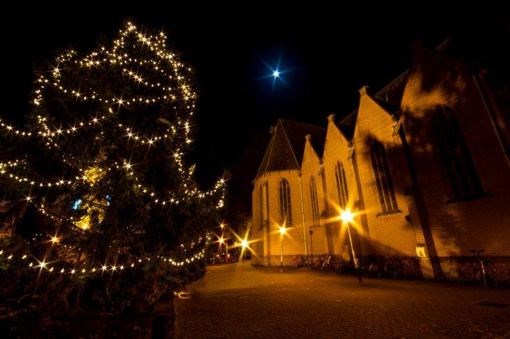 Kerstboomverlichting op het kerkplein..