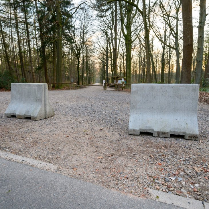 Parking domein De Inslag afgesloten met betonblokken.
